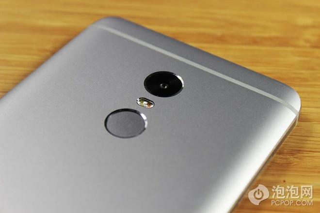 Ở mặt lưng Redmi Note 4 là camera 13 MP, đèn flash kép và cảm biến vân tay cao cấp