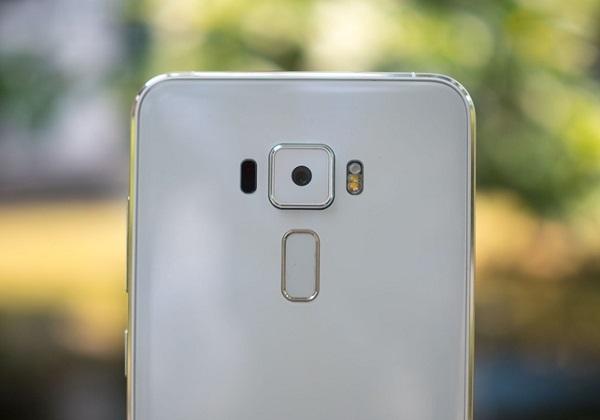 Camera trên Asus Zenfone 3 Deluxe có thiết kế khá lồi