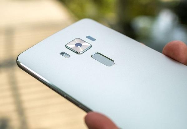 Cảm biến vân tay trên Asus Zenfone 3 Deluxe được đặt ở dưới camera