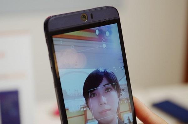 HTC J Butterfly 3 có camera trước 13 MP cho khả năng chụp ảnh tự sướng đỉnh cao