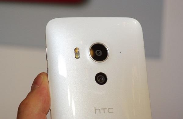 Camera sau 20 với đèn flash LED trên HTC J Butterfly 3