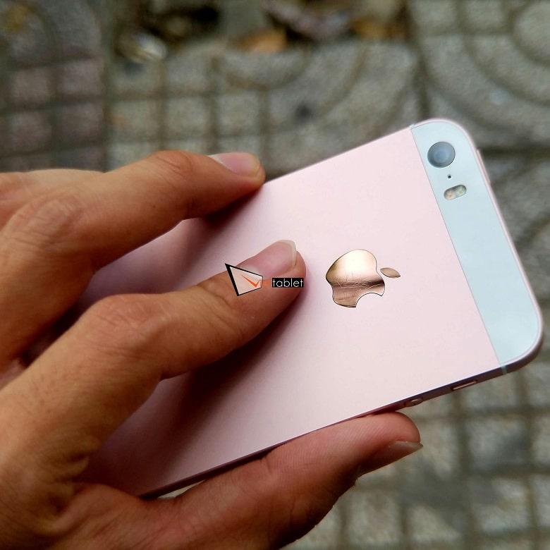 trên tay iPhone SE 32GB cũ màu hồng
