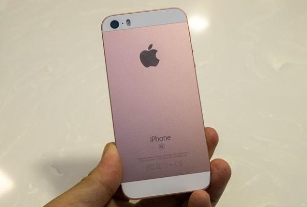 Ở mặt sau iPhone SE 64GB là camera quen thuộc