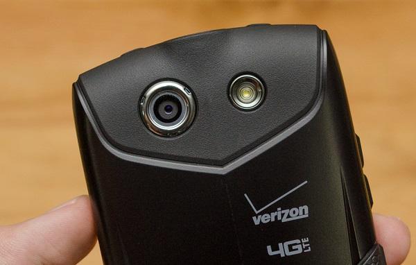 Kyocera Brigadier có camera 8MP nổi bật với đèn LED flash
