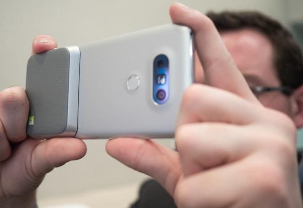 Phần dock LG Cam Plus của LG G5 cũ tích hợp nút quay phim, chụp hình và đặc biệt là bổ sung thời lượng pin