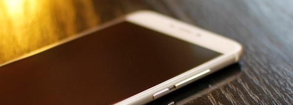 Cạnh phải của Meizu Pro 6 32GB là phím nguồn và tăng giảm âm lượng