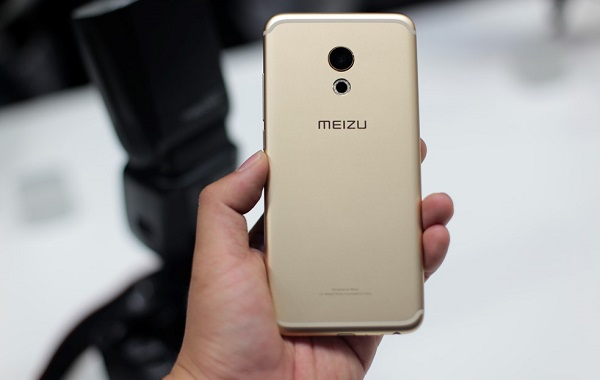 Mặt sau của Meizu Pro 6 là camera 21MP cùng logo Meizu ở trung tâm