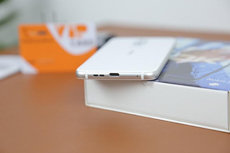 cạnh dưới Nokia X6 màu trắng
