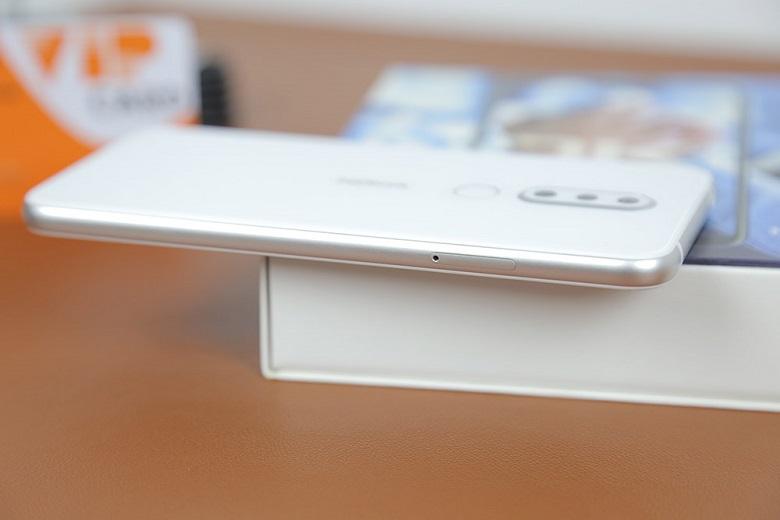 cạnh phải Nokia X6 màu trắng
