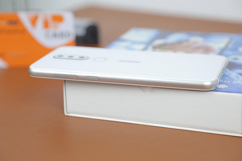 cạnh trái Nokia X6 màu trắng