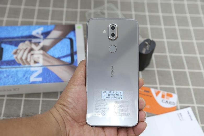 Nokia X7 sở hữu thiết kế đối xứng ở mặt lưng