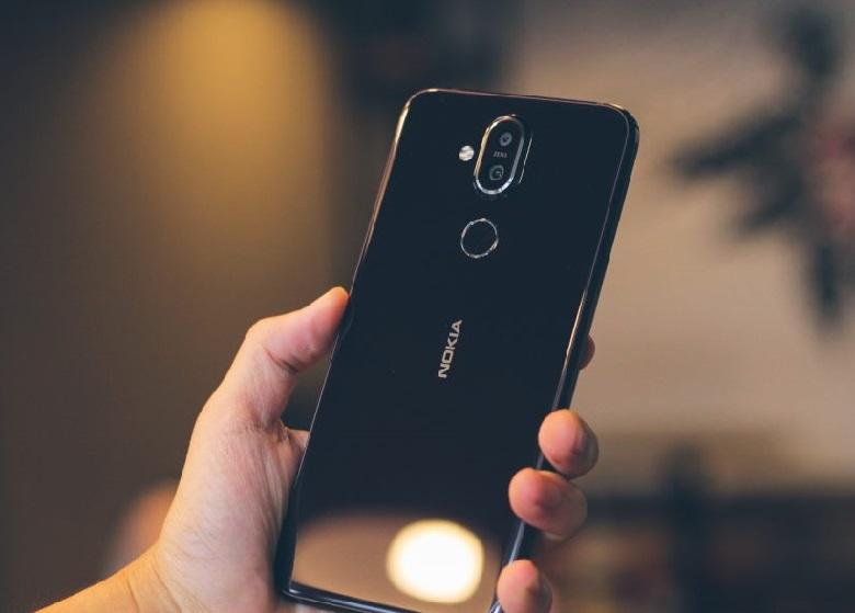 Nokia X7 có thiết kế cân xứng ở mặt sau