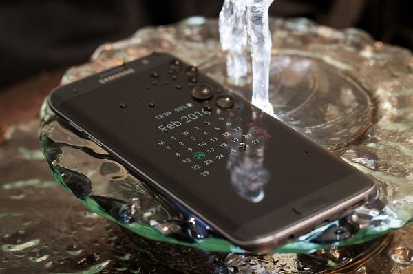 Không cần phải lo lắng nếu vô tình làm rơi Samsung Galaxy S7 vào nước.