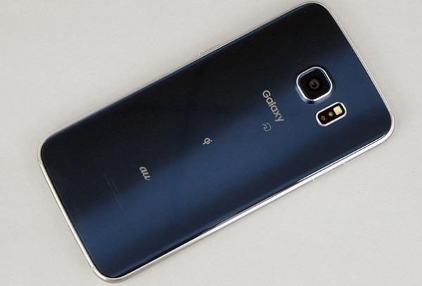 Mặt lưng của Samsung Galaxy S6 Edge Au Nhật nổi bật với logo của nhà mạng AU