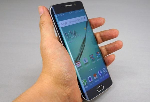 Màn hình trên Samsung Galaxy S6 Edge Au cho độ phân giải lên đến 2K