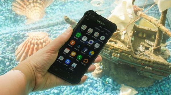 Samsung Galaxy S7 Active có thể dễ dàng bơi lội trong nước