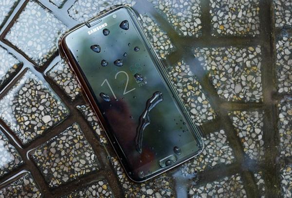Samsung Galaxy S7 Edge 2 SIM Dual có khả năng chống nước và chống bụi bẩn theo tiêu chuẩn IP68