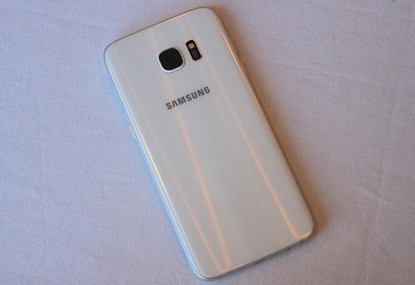 Mặt lưng trên Samsung Galaxy S7 Edge cũ được bo cong mềm mại
