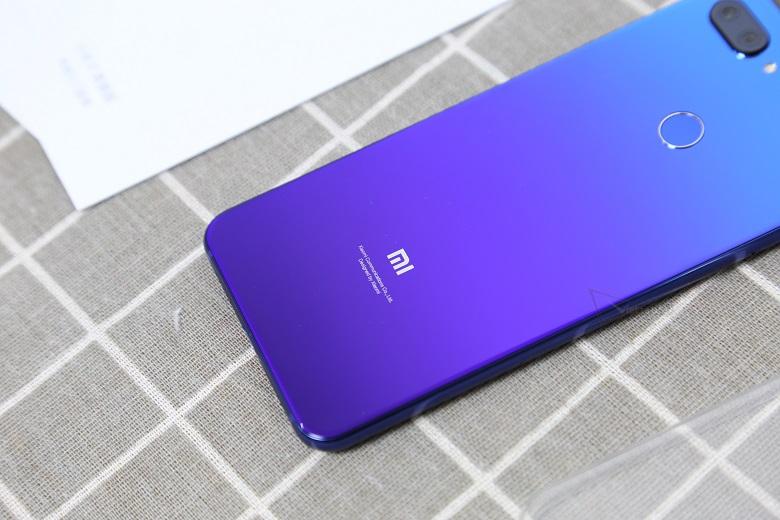 Xiaomi Mi 8 Lite được trang bị bản màu có thể thay đổi theo góc nhìn
