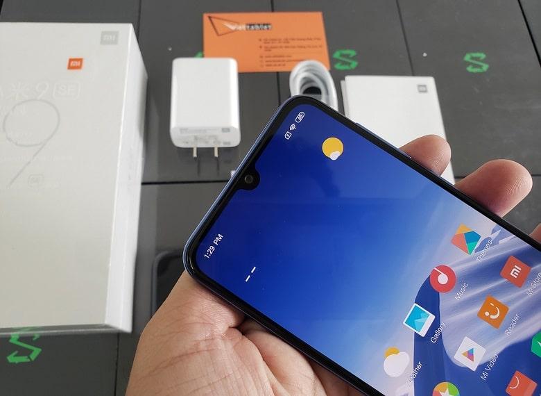 Xiaomi Mi 9 SE thiết kế mặt trước