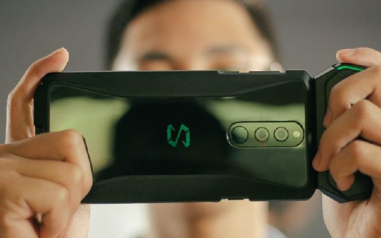 Xiaomi Black Shark Helo có tay cầm chuyên dụng đi kèm