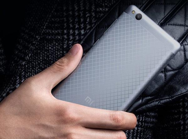 Điểm nhất thiết kế nổi bật của Xiaomi Redmi 3 có lẻ là mặt lưng với những họa tiết khắc ô dạng lưới hài hòa và độc đáo.