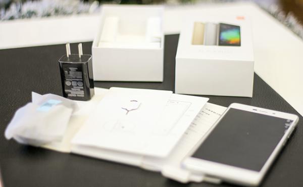 Phụ kiện của Xiaomi Redmi 3 gốm: sách hướng dẫn, dây cáp microUSB, củ sạc 5V - 2A, que chọc SIM