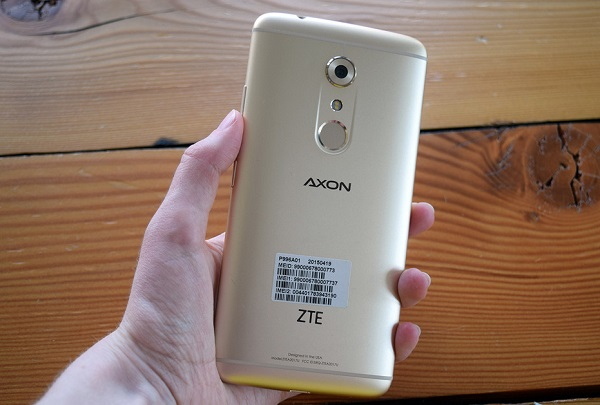 Ở mặt sau ZTE Axon 7 là cảm biến vân tay