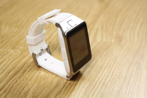 InWatch C Plus là đồng hồ thông minh giá rẻ, thiết kế sang trọng đẹp mắt