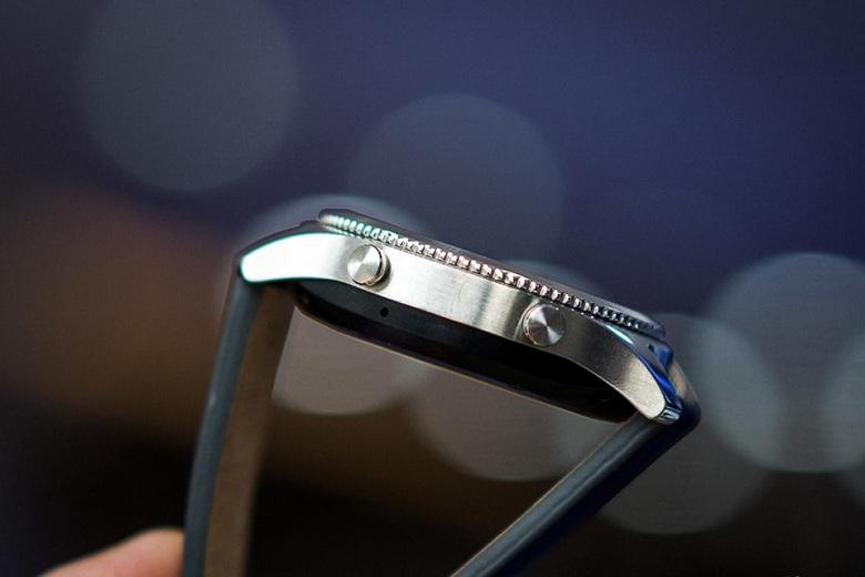 cạnh bên của Samsung Gear S3 Classic