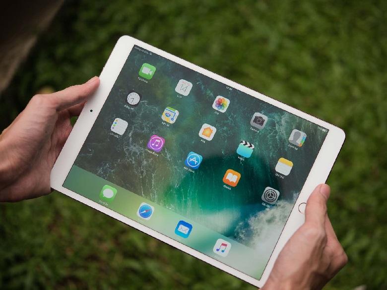iPad Pro 10.5 2017 có màn hình lớn nhưng vẫn thuận tiện cho việc di chuyển
