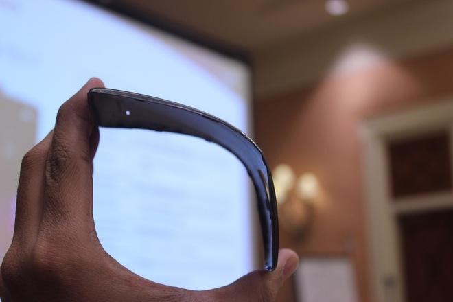 LG G Flex 2 có khả năng uốn dẻo