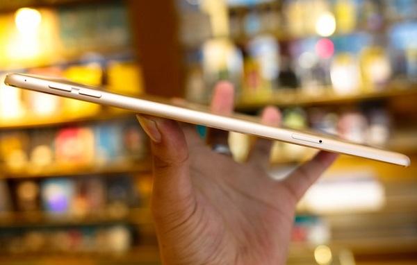 Cạnh phải iPad Mini 4 cũ là khe lắp SIM và phím tăng giảm âm lượng quen thuộc