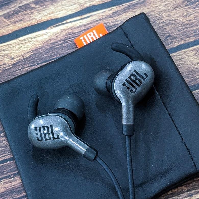 cận cảnh tai nghe Bluetooth JBL Everest 110GABT