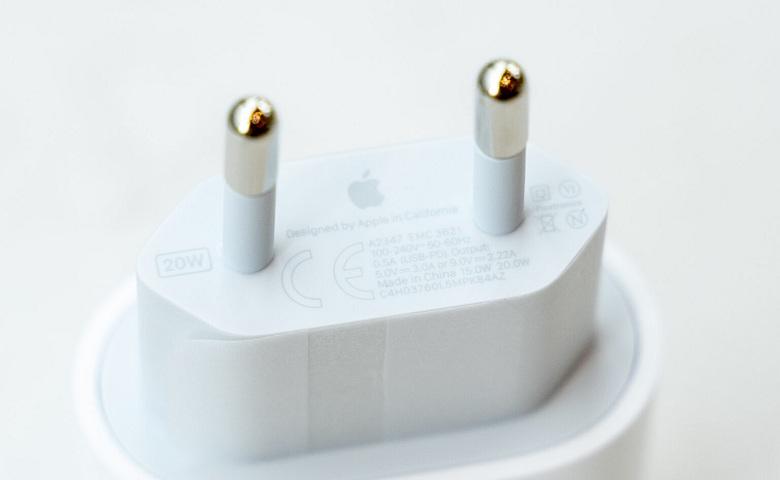 cạnh dưới bộ sạc nhanh iPhone 12