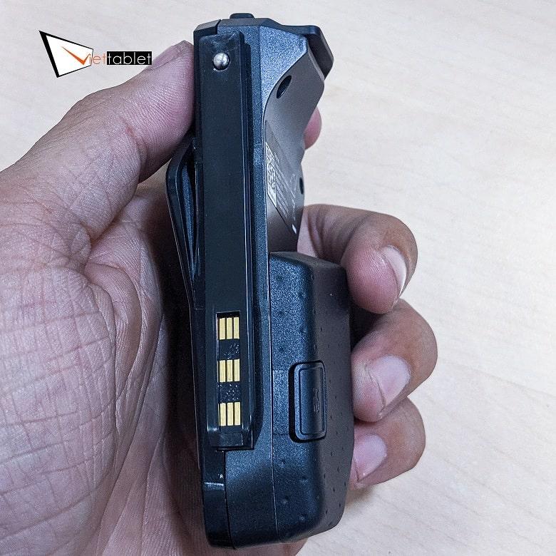 mặt lưng của tay cầm ROG Kunai Gamepad