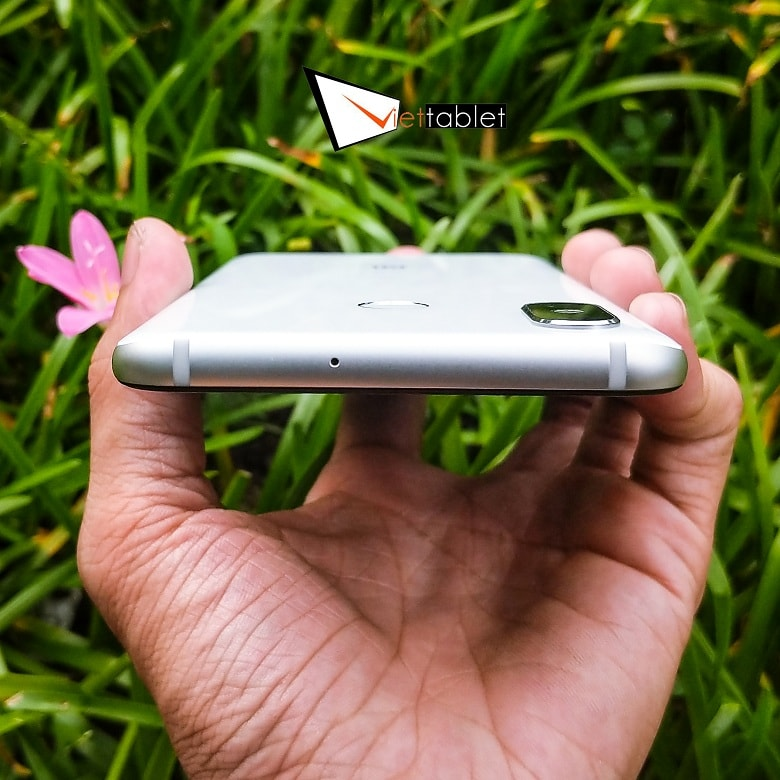 cạnh trên Xiaomi Mi 8