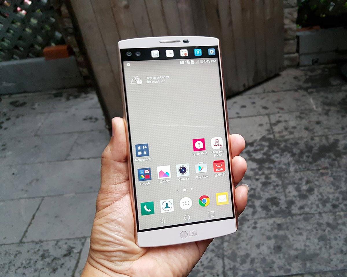 Màn hình lớn để sử dụng như các smartphone thông thường. Trong khi màn hình phụ để giúp truy cập nhanh đến các ứng dụng hoặc thông báo tình trạng pin, tin nhắn...