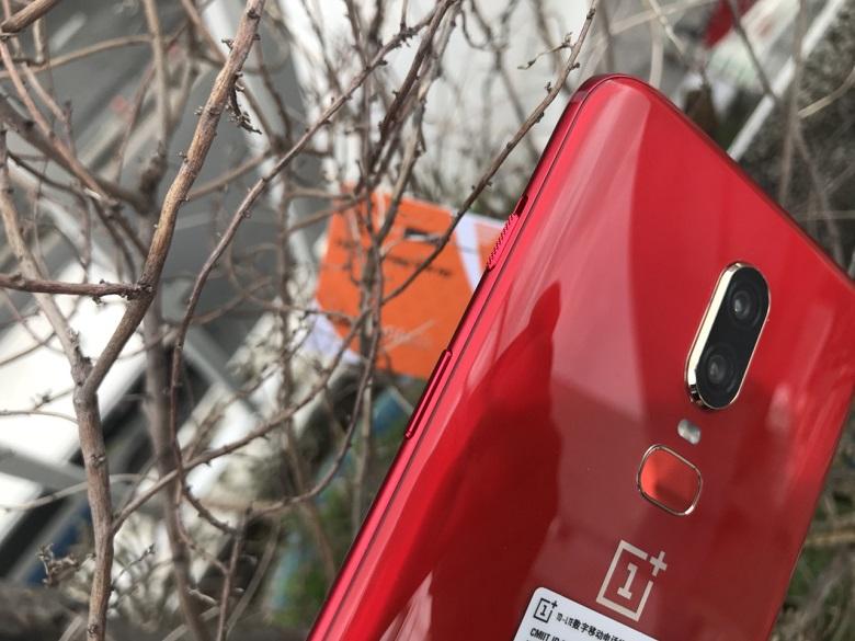 oneplus 6 màu đỏ cạnh máy