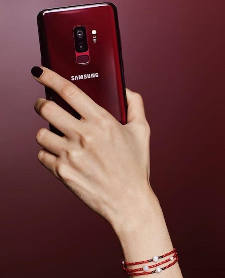 trên tay sản phẩm samsung galaxy s9 plus rượu vang đỏ