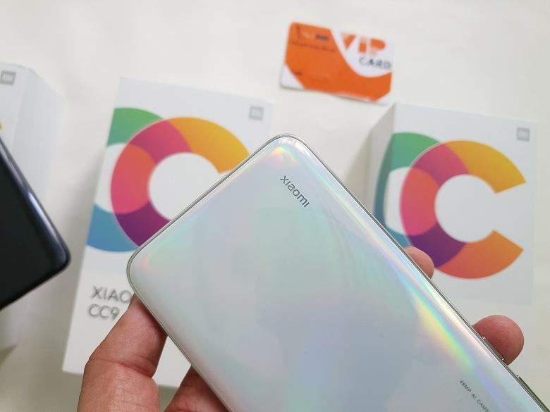Logo Xiaomi trên CC9 giá rẻ có thể phát sáng đẹp mắt.
