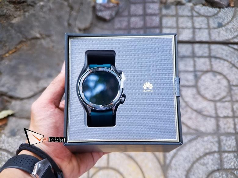 trên tay hộp đựng Huawei Watch GT