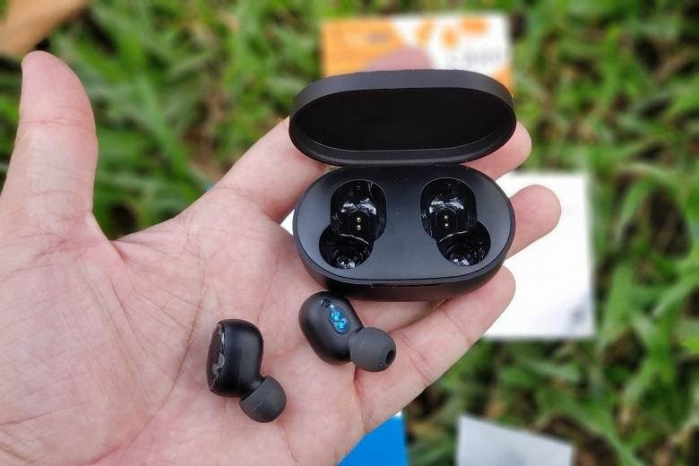 trên tay tai nghe Redmi AirDots
