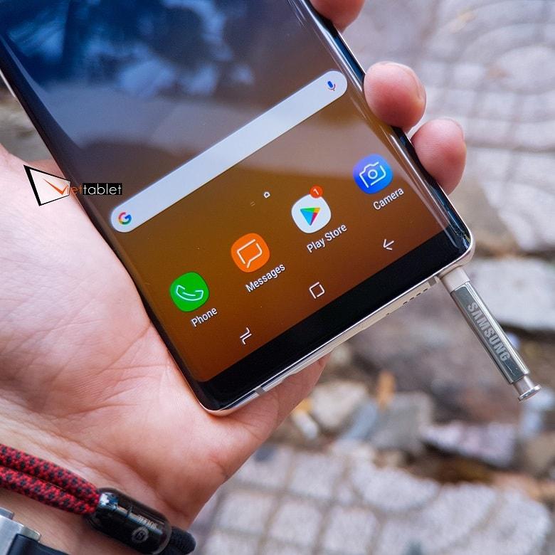 3 phím điều hướng của máy được đặt ở bên trong màn hình, nút Home của Galaxy Note 8 có 3D Touch