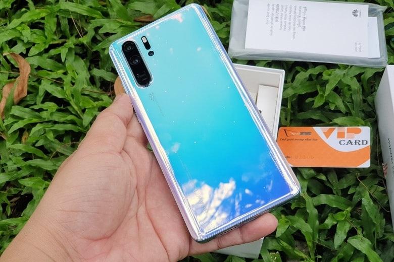 Huawei P30 Pro chính hãng có thiết kế được hoàn thiện từ kính và đi theo xu hướng đổi màu gradient rất đẹp mắt.