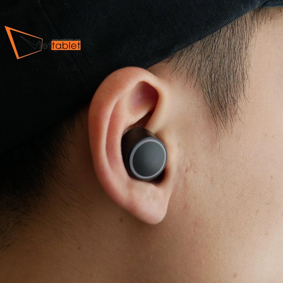 tai-nghe-true-wireless-creative-outlier-air-hinh-thuc-te-tren-tai