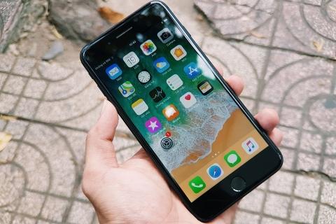 iphone-7-plus-anh-thuc-te-mat-truoc-mau-den-min